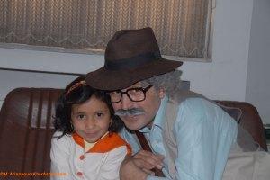در این مراسم جنگ شادی با �ضور هنرمندان برنامه کودک صدا و سیما برگزار شد - عمو سلیمون به همراه یکی از کودکان بیرجندی