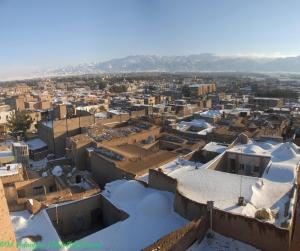 نمایی از بخش قدیمی شهر بیرجند و رشته کوه باقران