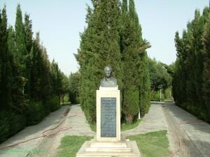 بنای یادبود دکتر م�مد�سن گنجی در پارک گنجی بیرجند